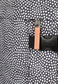 Eastpak - TRANVERZ S UNDEFINED  - Valise à roulettes - black/white - 6
