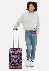 Eastpak - CHARMING GARDEN - Valise à roulettes - charming pink - 0
