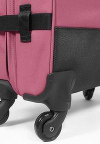 Eastpak - DECEMBER SEASONALS - Valise à roulettes - salty pink - 4