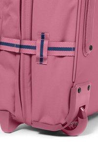 Eastpak - AUTHENTIC - Valise à roulettes - pink - 5