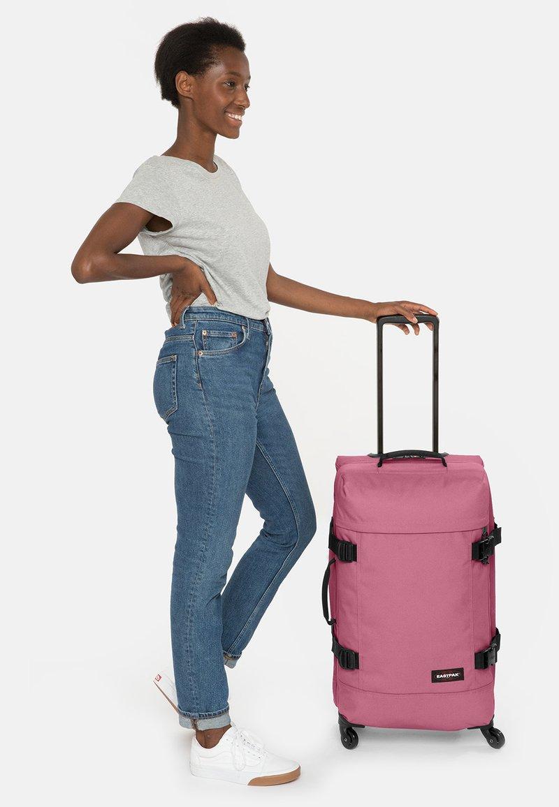 Eastpak - Valise à roulettes - salty pink