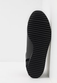 EA7 Emporio Armani - Höga sneakers - black - 4