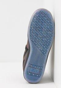 EA7 Emporio Armani - Höga sneakers - iridescent - 4