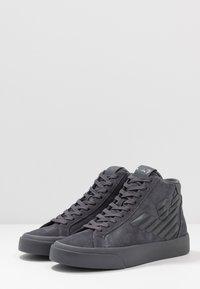 EA7 Emporio Armani - Höga sneakers - asphalt - 2