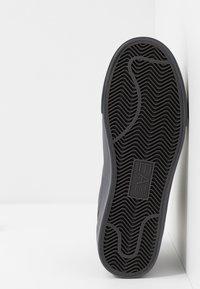 EA7 Emporio Armani - Höga sneakers - asphalt - 4
