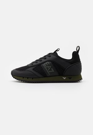 Trainers - triple black/grape