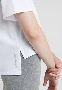 EA7 Emporio Armani - NATURAL VENTUS - T-shirt print - white / neon pink - 6