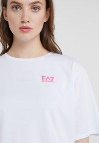 EA7 Emporio Armani - NATURAL VENTUS - T-shirt print - white / neon pink - 3