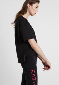 EA7 Emporio Armani - NATURAL VENTUS - T-shirt print - black / neon pink - 3