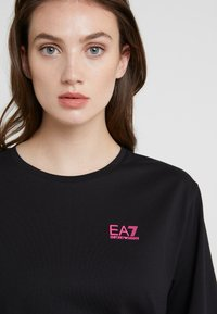 EA7 Emporio Armani - NATURAL VENTUS - T-shirt print - black / neon pink - 4