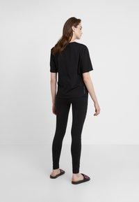 EA7 Emporio Armani - NATURAL VENTUS - T-shirt print - black / neon pink - 2