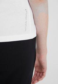 EA7 Emporio Armani - NATURAL VENTUS - Camiseta estampada - white / neon pink - 3