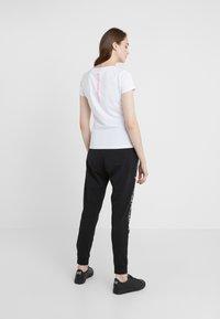 EA7 Emporio Armani - NATURAL VENTUS - Camiseta estampada - white / neon pink - 2