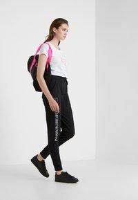 EA7 Emporio Armani - NATURAL VENTUS - Camiseta estampada - white / neon pink - 1