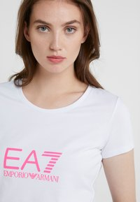 EA7 Emporio Armani - NATURAL VENTUS - Camiseta estampada - white / neon pink - 4