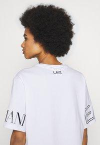 EA7 Emporio Armani - T-shirt con stampa - white black - 4