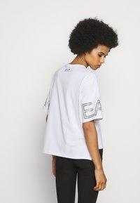 EA7 Emporio Armani - T-shirt con stampa - white black - 2