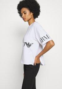 EA7 Emporio Armani - T-shirt con stampa - white black - 3