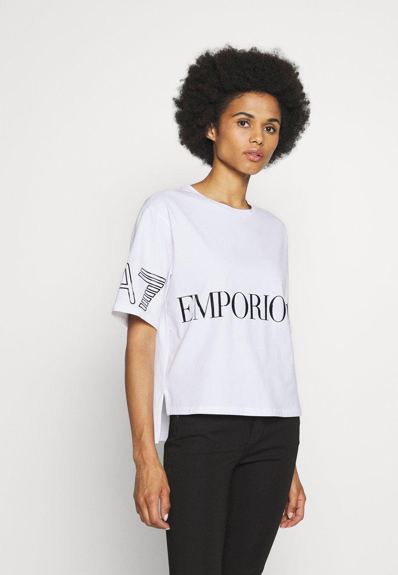 EA7 Emporio Armani - T-shirt con stampa - white black