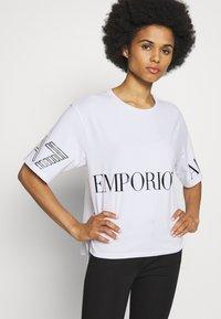 EA7 Emporio Armani - T-shirt con stampa - white black - 6