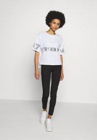 EA7 Emporio Armani - T-shirt con stampa - white black - 1