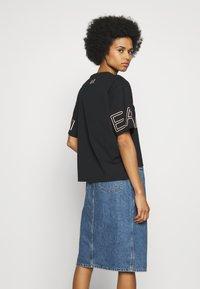 EA7 Emporio Armani - T-shirts med print - black peach - 2