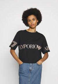 EA7 Emporio Armani - T-shirts med print - black peach - 0