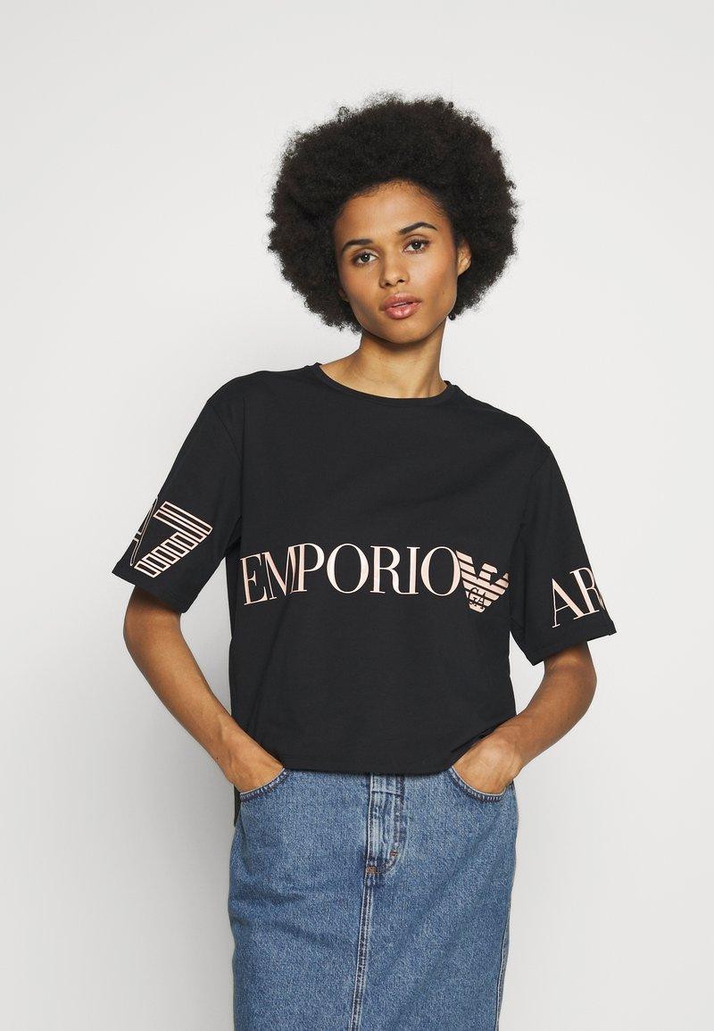 EA7 Emporio Armani - T-shirts med print - black peach