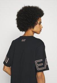 EA7 Emporio Armani - T-shirts med print - black peach - 4