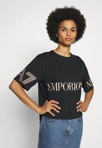 EA7 Emporio Armani - T-shirts med print - black peach - 6