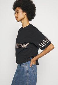 EA7 Emporio Armani - T-shirts med print - black peach - 3