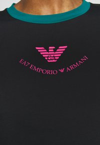 EA7 Emporio Armani - T-shirts med print - black - 5