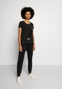 EA7 Emporio Armani - T-shirt con stampa - black - 1