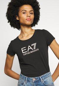 EA7 Emporio Armani - Camiseta estampada - black/peach - 4