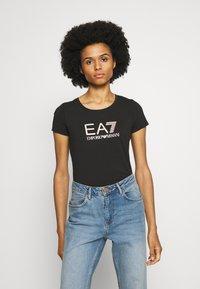 EA7 Emporio Armani - Camiseta estampada - black/peach - 0