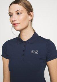EA7 Emporio Armani - T-shirts med print - navy - 5