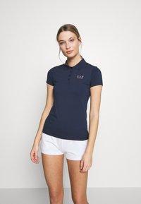 EA7 Emporio Armani - T-shirts med print - navy - 0