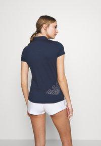 EA7 Emporio Armani - T-shirts med print - navy - 2