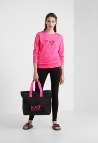 EA7 Emporio Armani - TRAIN LOGO SERIES - Sweatshirt - neon pink / black - 1
