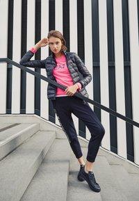 EA7 Emporio Armani - TRAIN LOGO SERIES - Sweatshirt - neon pink / black - 4