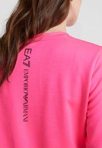 EA7 Emporio Armani - TRAIN LOGO SERIES - Sweatshirt - neon pink / black - 6