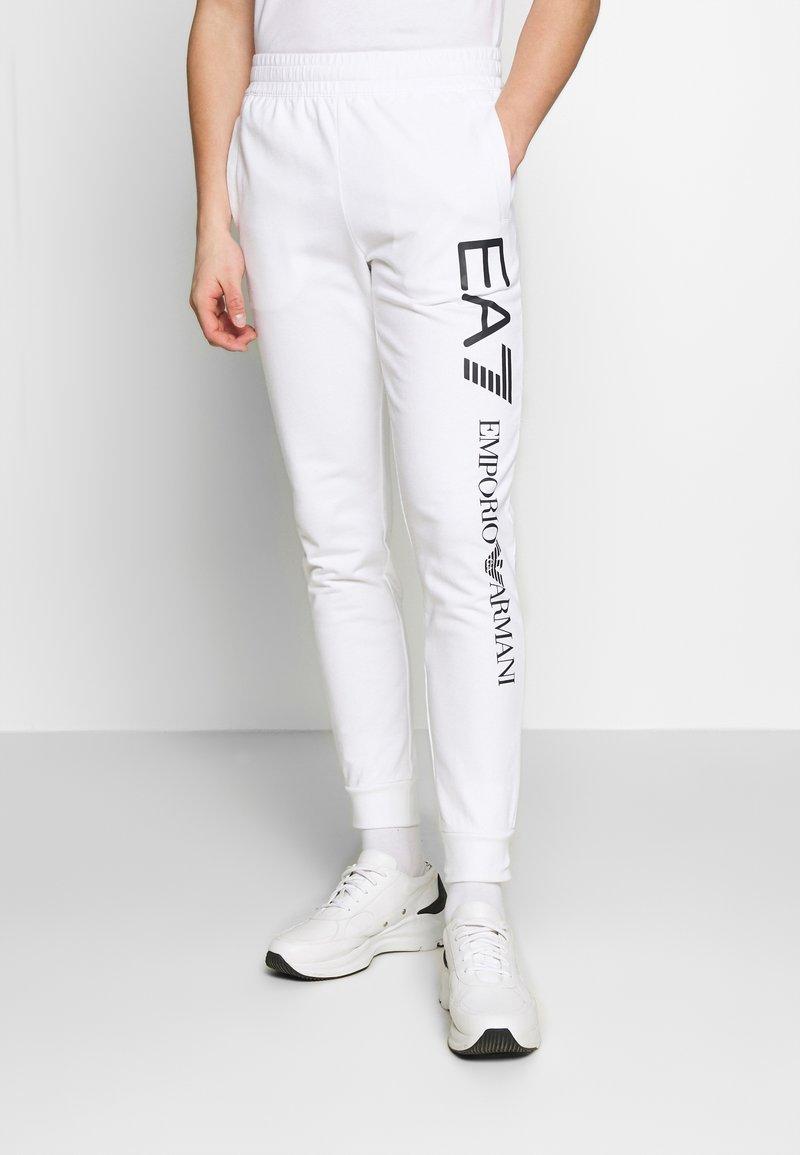 EA7 Emporio Armani - PANTALONI - Teplákové kalhoty - white