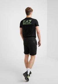 EA7 Emporio Armani - Pantalones deportivos - black / neon / yellow - 2