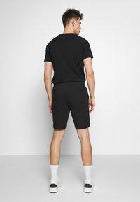 EA7 Emporio Armani - BERMUDA - Pantalon de survêtement - black - 2