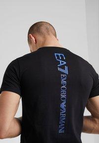 EA7 Emporio Armani - T-shirt z nadrukiem - black - 4