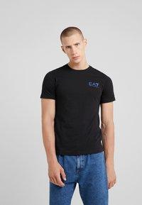EA7 Emporio Armani - T-shirt z nadrukiem - black - 0
