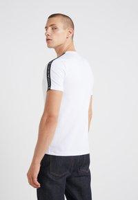 EA7 Emporio Armani - SIDE TAPE - T-Shirt print - white - 2