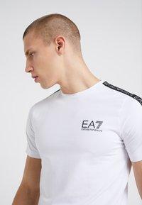 EA7 Emporio Armani - SIDE TAPE - T-Shirt print - white - 4
