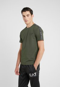 EA7 Emporio Armani - SIDE TAPE - T-Shirt print - khaki - 0