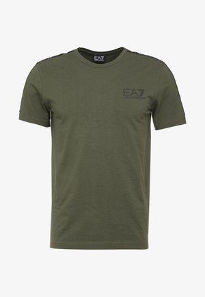 SIDE TAPE - T-shirts med print - khaki